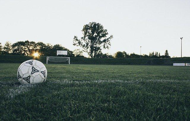 Jak pielęgnować boiska piłkarskie?